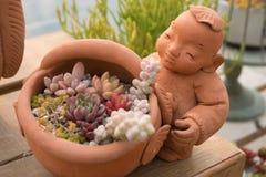 Κούκλα και λουλούδι πορσελάνης Στοκ φωτογραφίες με δικαίωμα ελεύθερης χρήσης