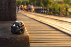 Κούκλα καμερών με τη γέφυρα Mon στο υπόβαθρο ηλιοβασιλέματος Στοκ Εικόνες