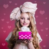 Κούκλα κοριτσιών με το κιβώτιο δώρων στοκ εικόνες με δικαίωμα ελεύθερης χρήσης