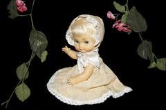 Κούκλα με τα λουλούδια Στοκ φωτογραφία με δικαίωμα ελεύθερης χρήσης