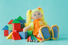Κούκλα με τα χρωματισμένα μολύβια Στοκ Εικόνα