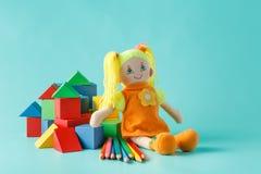 Κούκλα με τα χρωματισμένα μολύβια Στοκ φωτογραφία με δικαίωμα ελεύθερης χρήσης