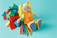 Κούκλα με τα χρωματισμένα μολύβια Στοκ Φωτογραφίες