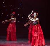 Κούκλα-ντυμένος στον κόκκινο νύφη-κινεζικό λαϊκό χορό πέπλων Στοκ Εικόνες