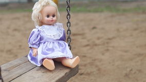 Κούκλα σε μια ταλάντευση απόθεμα βίντεο