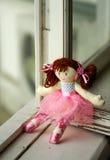 Κούκλα στο παράθυρο Στοκ Φωτογραφίες