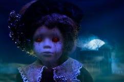 Κούκλα φρίκης με το συχνασμένο σπίτι Στοκ εικόνες με δικαίωμα ελεύθερης χρήσης