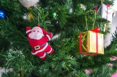 Κούκλα Santa και παρόν κιβώτιο με το δέντρο πεύκων Στοκ φωτογραφία με δικαίωμα ελεύθερης χρήσης