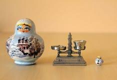 Κούκλες και κλίμακα Matryoshka Στοκ φωτογραφία με δικαίωμα ελεύθερης χρήσης