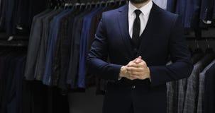 Κούμπωμα ενός σακακιού Μοντέρνο άτομο στα στερεώνοντας κουμπιά κοστουμιών στο σακάκι του που προετοιμάζεται να βγεί απόθεμα βίντεο