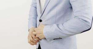 Κούμπωμα ενός σακακιού φιλμ μικρού μήκους