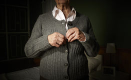 Κούμπωμα παλαιών χεριών. Στοκ εικόνες με δικαίωμα ελεύθερης χρήσης
