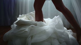 Κούμπωμα του γαμήλιου φορέματος απόθεμα βίντεο