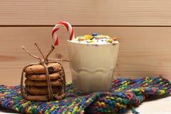 Κούνημα γάλακτος με τις ζωηρόχρωμα καραμέλες και τα μπισκότα Στοκ Φωτογραφίες