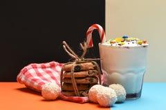 Κούνημα γάλακτος με τις καραμέλες και τα μπισκότα καρύδων Στοκ Φωτογραφίες