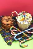 Κούνημα γάλακτος με τις ζωηρόχρωμα καραμέλες και τα μπισκότα Στοκ εικόνες με δικαίωμα ελεύθερης χρήσης