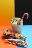 Κούνημα γάλακτος με τις ζωηρόχρωμα καραμέλες και τα μπισκότα Στοκ Φωτογραφία