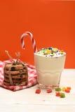 Κούνημα γάλακτος με τις ζωηρόχρωμα καραμέλες και τα μπισκότα Στοκ φωτογραφία με δικαίωμα ελεύθερης χρήσης
