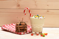 Κούνημα γάλακτος με τις ζωηρόχρωμα καραμέλες και τα μπισκότα Στοκ φωτογραφίες με δικαίωμα ελεύθερης χρήσης