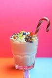 Κούνημα γάλακτος με τις ζωηρόχρωμες καραμέλες Στοκ Φωτογραφία