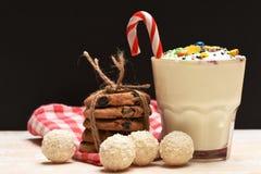 Κούνημα γάλακτος με τις καραμέλες και τα μπισκότα καρύδων Στοκ Φωτογραφία