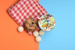 Κούνημα γάλακτος με τις καραμέλες και τα μπισκότα καρύδων Στοκ εικόνα με δικαίωμα ελεύθερης χρήσης