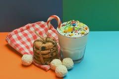 Κούνημα γάλακτος με τις καραμέλες και τα μπισκότα καρύδων Στοκ φωτογραφία με δικαίωμα ελεύθερης χρήσης
