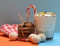Κούνημα γάλακτος με τις καραμέλες και τα μπισκότα καρύδων Στοκ φωτογραφίες με δικαίωμα ελεύθερης χρήσης
