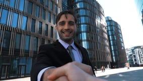 Κούνημα επιχειρηματιών το χέρι σας υπαίθριο απόθεμα βίντεο