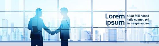 Κούνημα χεριών επιχειρηματιών δύο σκιαγραφιών, σύγχρονο υπόβαθρο γραφείων έννοιας συμφωνίας χειραψιών επιχειρησιακών ατόμων διανυσματική απεικόνιση