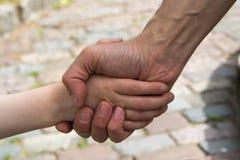 Κούνημα χεριών μεταξύ του ατόμου και του αγοριού στοκ εικόνες