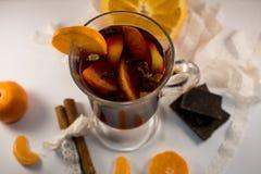 Κούπα γυαλιού του θερμαμένου κρασιού με τα καρυκεύματα Στοκ Φωτογραφία