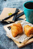 Κούπα επιχειρησιακών χαρτικών croissants του καφέ στον πίνακα κιμωλίας grunge Στοκ Φωτογραφίες