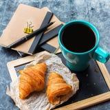 Κούπα επιχειρησιακών χαρτικών croissants του καφέ στον πίνακα κιμωλίας grunge Στοκ εικόνα με δικαίωμα ελεύθερης χρήσης