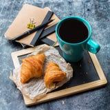 Κούπα επιχειρησιακών χαρτικών croissants του καφέ στον πίνακα κιμωλίας grunge Στοκ Εικόνες