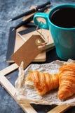 Κούπα επιχειρησιακών χαρτικών croissants του καφέ στον πίνακα κιμωλίας grunge Στοκ Φωτογραφία