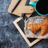 Κούπα επιχειρησιακών χαρτικών croissants του καφέ στον πίνακα κιμωλίας grunge Στοκ Εικόνα
