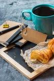 Κούπα επιχειρησιακών χαρτικών croissants του μαύρου καφέ στον πίνακα κιμωλίας grunge Στοκ εικόνες με δικαίωμα ελεύθερης χρήσης