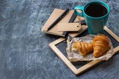 Κούπα επιχειρησιακών χαρτικών croissants του μαύρου καφέ στον πίνακα κιμωλίας grunge Στοκ φωτογραφία με δικαίωμα ελεύθερης χρήσης