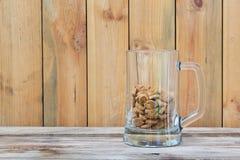 Κούπα και πρόχειρα φαγητά μπύρας γυαλιού Στοκ φωτογραφία με δικαίωμα ελεύθερης χρήσης