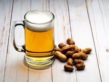 Κούπα και φυστίκια μπύρας στοκ εικόνες με δικαίωμα ελεύθερης χρήσης