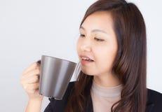 Κούπα καφέ εκμετάλλευσης γυναικών Στοκ φωτογραφίες με δικαίωμα ελεύθερης χρήσης