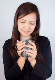 Κούπα καφέ εκμετάλλευσης επιχειρησιακών γυναικών Στοκ φωτογραφία με δικαίωμα ελεύθερης χρήσης