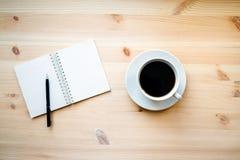 Κούπα καφέ και ένα σημειωματάριο Στοκ Φωτογραφίες