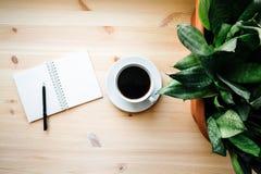 Κούπα καφέ και ένα σημειωματάριο Στοκ φωτογραφίες με δικαίωμα ελεύθερης χρήσης