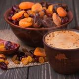 Κούπα καφέ με ξηρό - φρούτα Στοκ Εικόνες