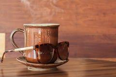 Κούπα καφέ με τα γυαλιά ηλίου Στοκ εικόνα με δικαίωμα ελεύθερης χρήσης