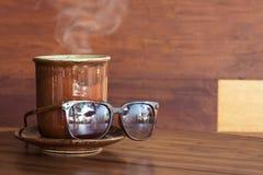 Κούπα καφέ με τα γυαλιά ηλίου Στοκ φωτογραφία με δικαίωμα ελεύθερης χρήσης