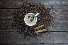 Κούπα καφέ με το αστέρι ραβδιών κανέλας και anis στον παλαιό αγροτικό πίνακα Τοπ όψη Στοκ φωτογραφία με δικαίωμα ελεύθερης χρήσης