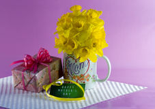 Κούπα καφέ με Daffodils, δώρο, κάρτα ημέρας της ευτυχούς μητέρας Στοκ Εικόνα